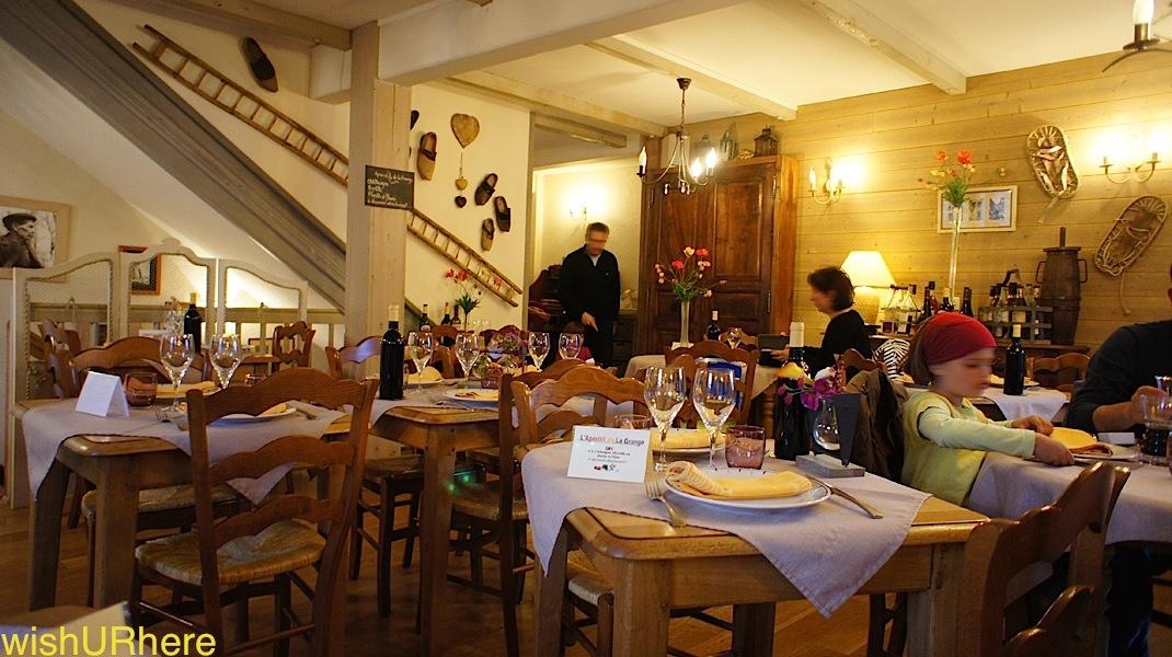Restaurant at hotel logis la grange aux marmottes vicos for Aux beaux rivages la cuisine